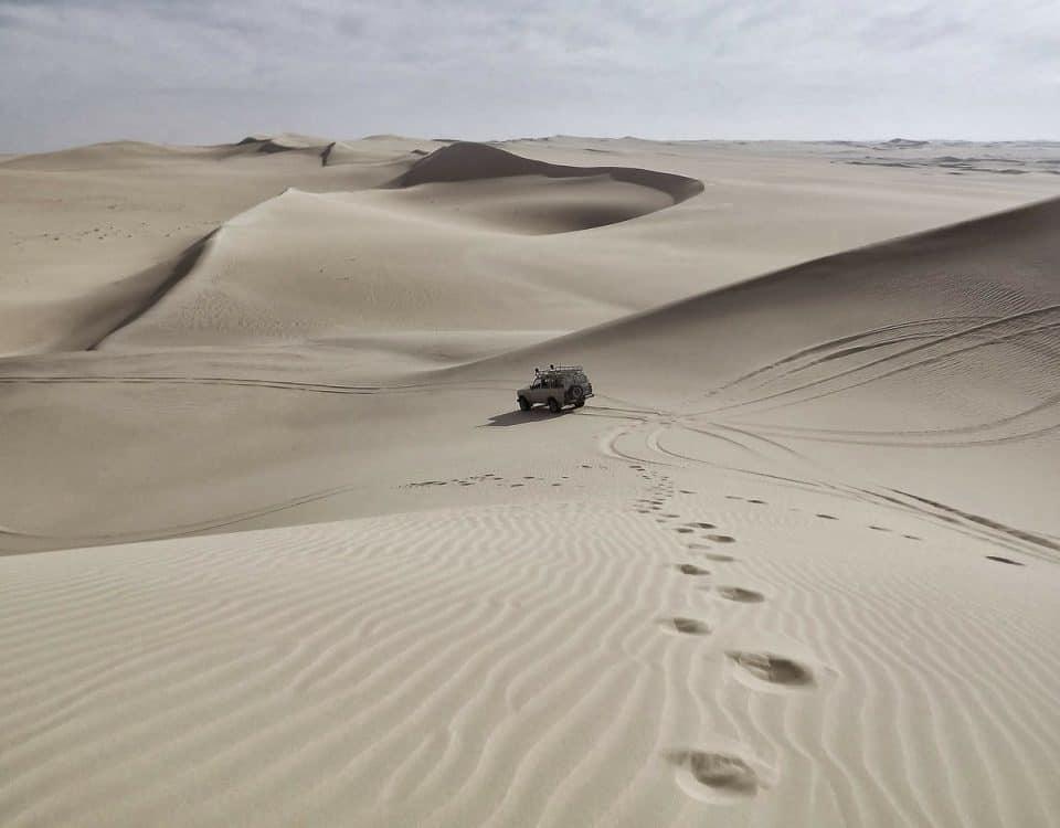 wymiana koła na pustyni